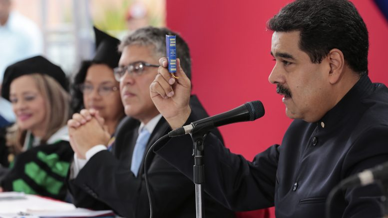 051117PM_Maduroasistejuevesgraduacineducadores_M14